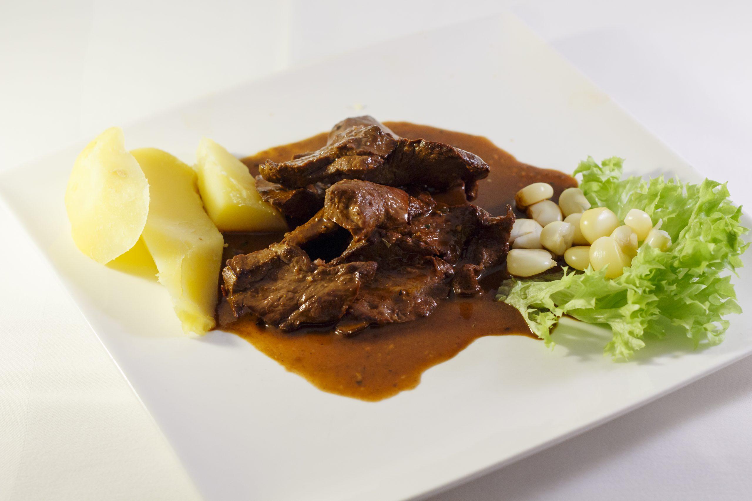 Peruaans vleesgerecht met aardappel bij Somos Peru Restaurant in Den Haag